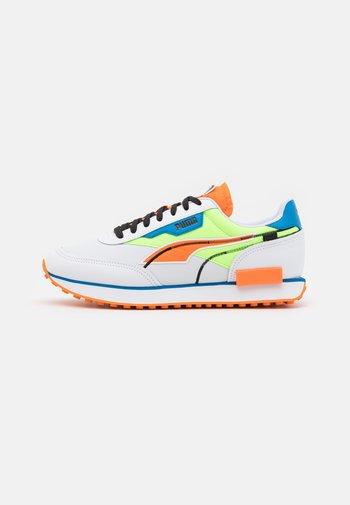FUTURE RIDER TWOFOLD UNISEX - Trainers - white/green glare/vibrant orange