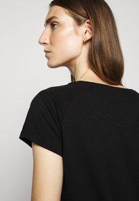 CLOSED - WOMEN´S - Basic T-shirt - black - 5