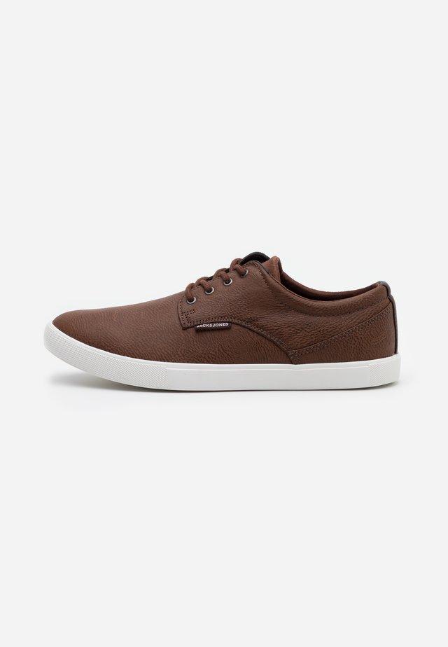 JFWNIMBUS  - Sneakers laag - cognac