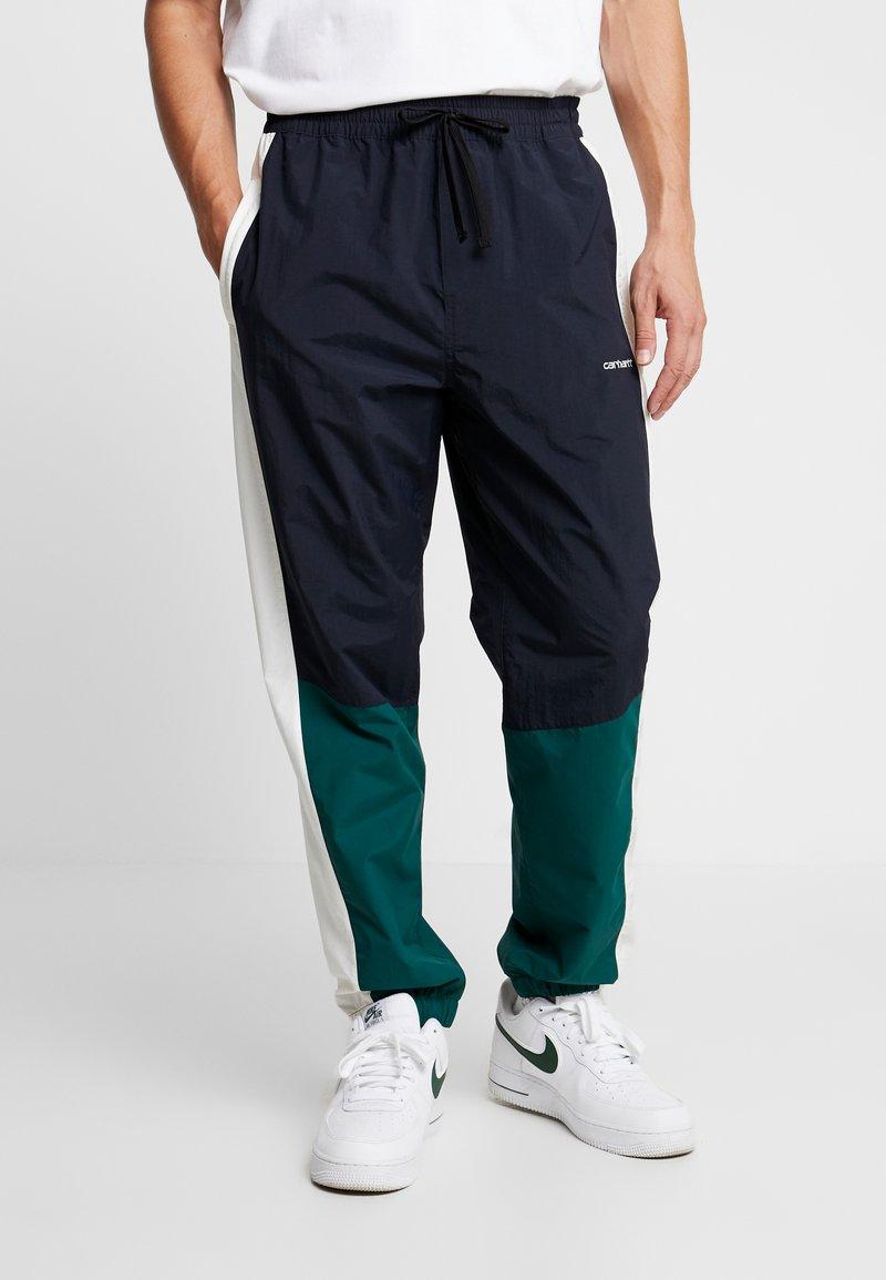 Carhartt WIP - BARNES PANT - Pantalones deportivos - dark navy / dark fir