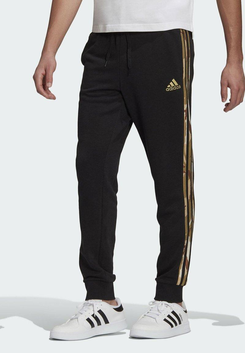 adidas Performance - CAMOUFLAGE PT ESSENTIALS SPORTS REGULAR PANTS - Pantalon de survêtement - black