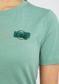 ARMEDANGELS - LIDAA ELEMENTS - Print T-shirt - matcha - 3
