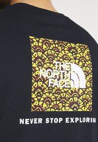 The North Face - REDBOX TEE - T-shirt con stampa - dark blue/green - 4