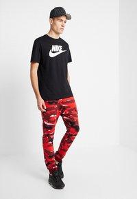 Nike Sportswear - TEE ICON FUTURA - Triko spotiskem - black/white - 1
