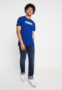 Levi's® - GRAPHIC SET-IN NECK 2 - Print T-shirt - sodalite blue - 1