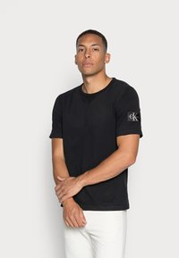 Calvin Klein Jeans - MONOGRAM SLEEVE BADGE TEE - T-shirt basic - black - 0