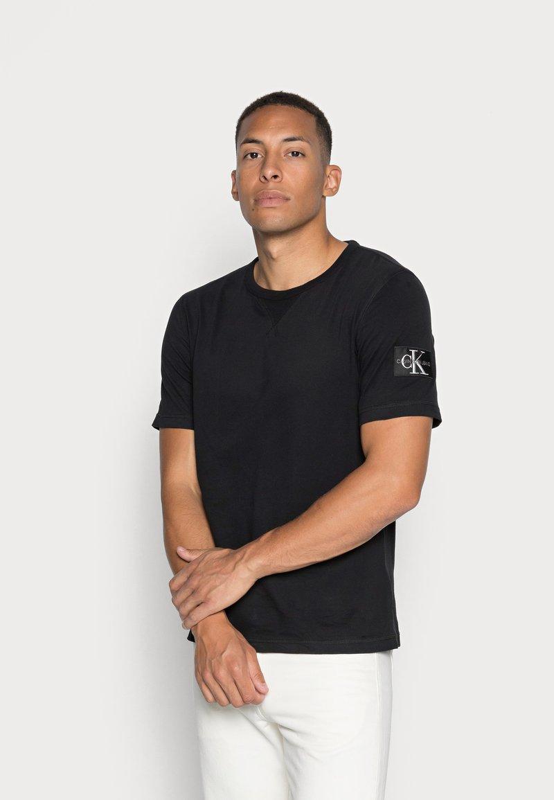 Calvin Klein Jeans - MONOGRAM SLEEVE BADGE TEE - T-shirt basic - black