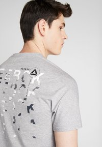 Reebok - OST SPEEDWICK GRAPHIC TEE - T-shirt med print - mid grey heather - 4