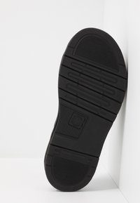 Dr. Martens - DAX SLIDER - Pantofle - black hydro - 4
