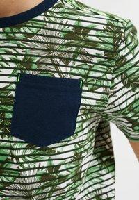 WE Fashion - MET STREEP- EN BLADERENDESSIN - T-shirt con stampa - green - 2
