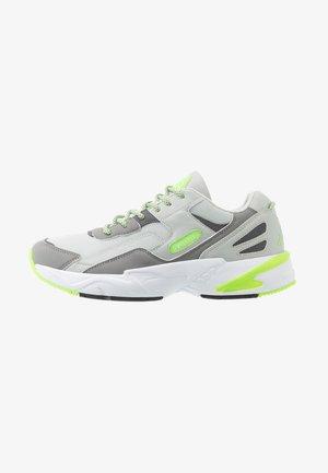 BOIZ - Neutrální běžecké boty - light grey/green