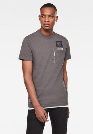 MULTI LOGO POCKET GR - T-shirt med print - lt shadow