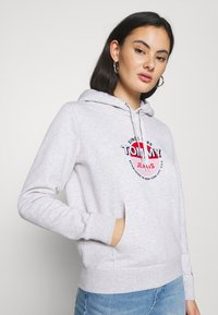 Tommy Jeans - ESSENTIAL LOGO HOODIE - Sweat à capuche - silver grey - 4