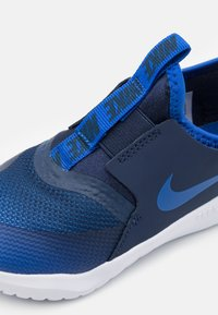 Nike Performance - FLEX RUNNER UNISEX - Neutral running shoes - game royal/midnight navy/white - 5