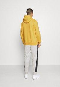 Nike Sportswear - HOODIE - Hættetrøjer - solar flare/smoke grey - 2