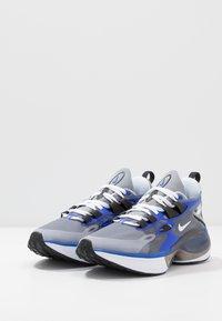 Nike Sportswear - SIGNAL D/MS/X - Zapatillas - particle grey/white/racer blue/black - 2