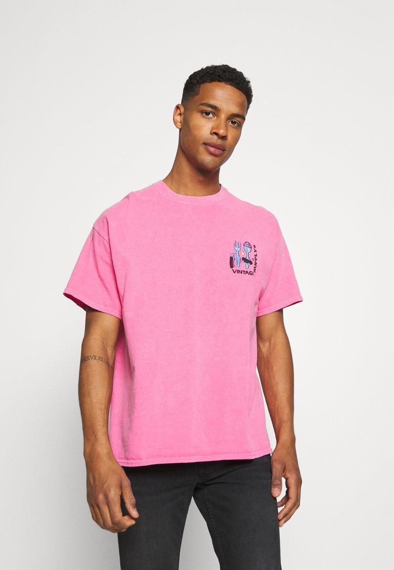 Vintage Supply - OVERDYE BRANDED TEE - T-shirt z nadrukiem - pink