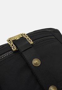 Versace Jeans Couture - RANGE COUTURE UNISEX - Ledvinka - nero - 4