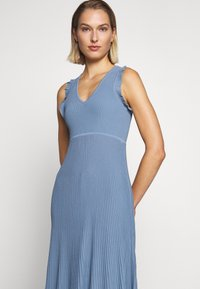 MICHAEL Michael Kors - PLEATED RUFFL DRESS - Strikket kjole - chambray - 5