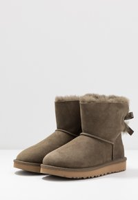 UGG - MINI BAILEY BOW - Botki - euculyptus spray - 4