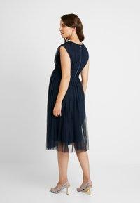 Anaya with love Maternity - GATHERED V FRONT MIDI DRESS - Koktejlové šaty/ šaty na párty - navy - 2
