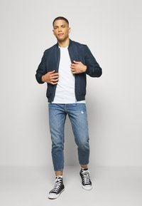 Only & Sons - ONSAVI LIFE BEAM TAP CROP - Jeans Tapered Fit - blue denim - 1
