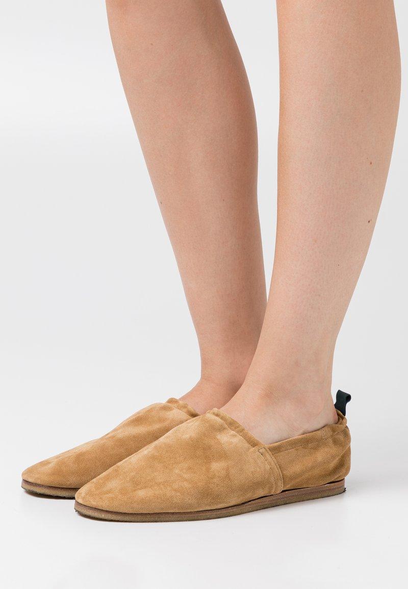 CLOSED - SESAME - Slip-ons - light brown