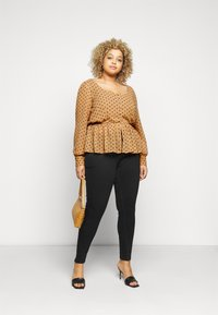 Vero Moda Curve - VMBABUSCHE BLOUSE - Blouse - black/tobacco brown dot - 1