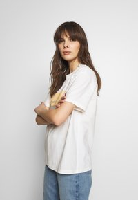 Moss Copenhagen - LIV - T-shirts print - egret - 3