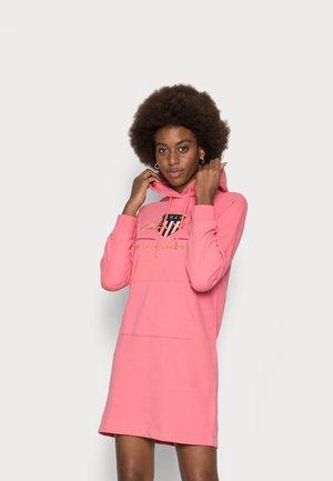 ARCHIVE SHIELD HOODIE DRESS - Vapaa-ajan mekko - rapture rose