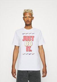 Nike Sportswear - TEE - T-shirt con stampa - white - 0