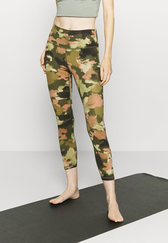 ECLIPSE ZIPPER POCKET PANT - Collants - olive