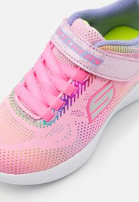 Skechers Performance - GO RUN 600 SHIMMER SPEEDER UNISEX - Chaussures de running neutres - light pink/multicolor - 5