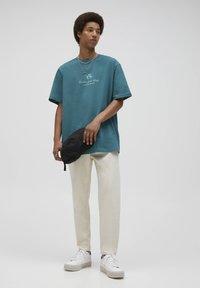 PULL&BEAR - Print T-shirt - mottled dark green - 1