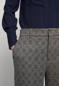 DRYKORN - SEARCH - Kalhoty - grau - 5
