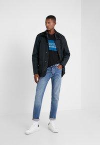 Barbour International - PANEL LOGO TEE - Print T-shirt - black - 1