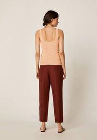 OYSHO - Spodnie materiałowe - brown - 2