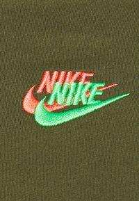Nike Sportswear - TEE CLUB ESSENTIALS - T-shirt con stampa - rough green - 2