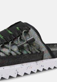 Nike Sportswear - ASUNA CRATER SLIDE - Matalakantaiset pistokkaat - black/iron grey/white/mean green - 6