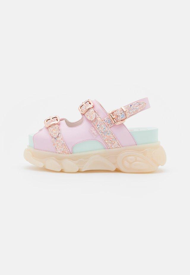 MARINA HOERMANSEDER X BUFFALO BUCKLETREATS CANDY VEGAN - Sandalen met plateauzool - candy glitter