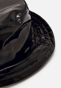 KARL LAGERFELD - SIGNATURE PATENT BUCKET HAT - Hoed - black - 2