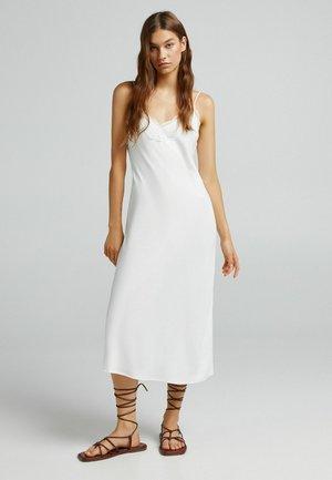 MIT SPITZENKANTE AM AUSSCHNITT - Robe d'été - white
