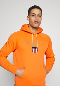 GANT - SHIELD HOODIE - Hoodie - sunny orange - 4