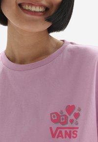 Vans - WM LUCKY 66 OS S/S - Print T-shirt - orchid - 3