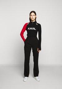 KARL LAGERFELD - BICOLOR LOGO ZIP NECK - Jersey de punto - black - 1