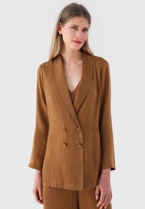 CHAQUETA DESESTRUCTURADA BOTONES RASO - Classic coat - tostado