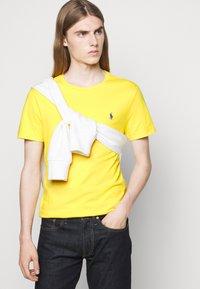 Polo Ralph Lauren - CUSTOM SLIM FIT JERSEY CREWNECK T-SHIRT - Jednoduché triko - racing yellow - 3