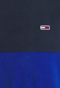 Tommy Jeans - CLASSIC COLOR BLOCK TEE - Triko spotiskem - providence blue/multi - 2