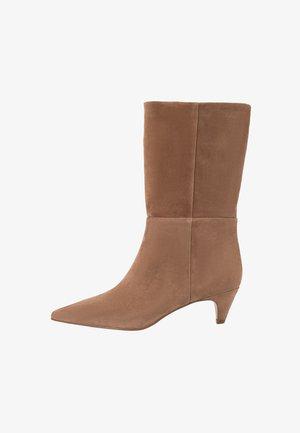 Boots - tawny