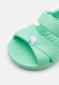 Crocs - CLASSIC CROSS STRAP CHARM - Sandály do bazénu - pistachio - 5